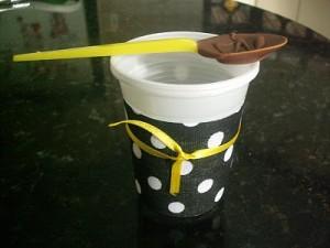 Colher banhada com chocolate e copo para chocolate quente. DIY