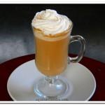 bebida de café com leite condensado e cravo