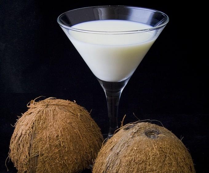 Leite de coco é um leite vegetal ótimo para substituir o leite de vaca que é mais alergênico. aprenda a fazer.