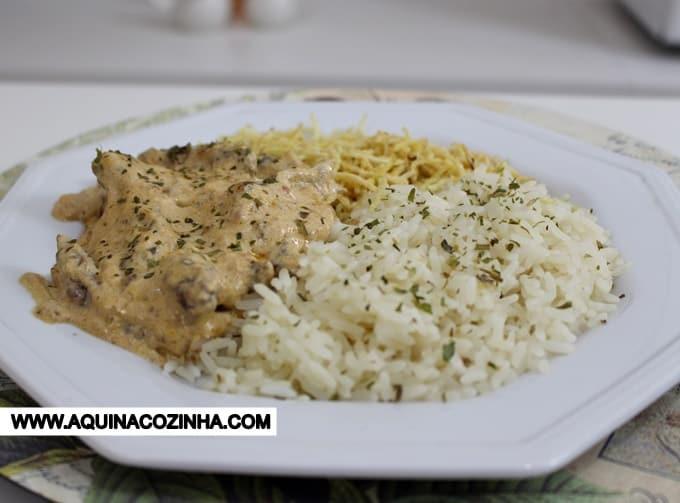 Estrogonofe de Carne é uma receita básica, fácil de aprender a fazer e muito saborosa. Servido com arroz branco e um pouco de batata palha já é uma refeição completa.