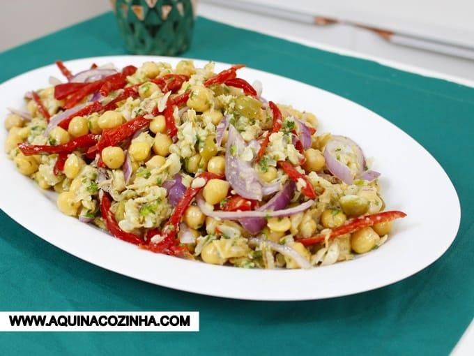 Essa Salada de Bacalhau com Grão de Bico é uma sugestão ótima para a Páscoa e festas de fim de ano. Além de ser uma #receita deliciosa é também bem econômica. #aprendercozinhar