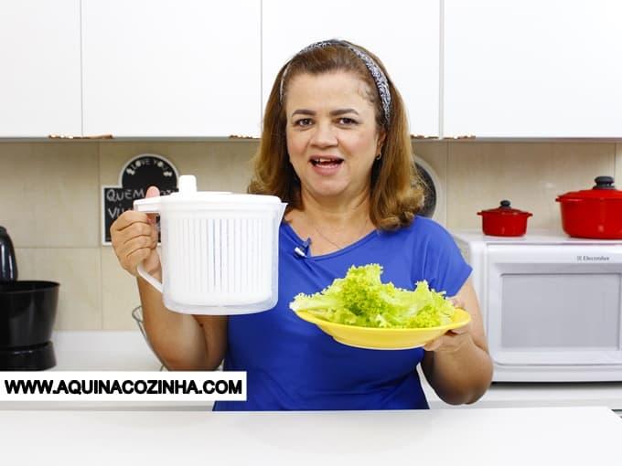 Essa dica é excelente para fazer uma salada ótima. Não é uma receita de como fazer uma salada deliciosa, mas uma dica que vai fazer sua salada ser diferenciada, porque ninguém gosta de uma salada toda molhada. Para isso use uma Centrífuga de Saladas, assista ao vídeo e veja como ela funciona.